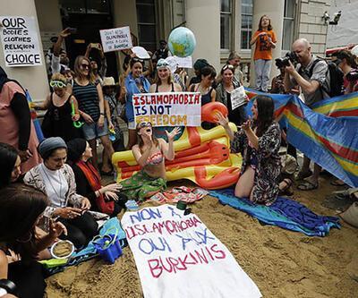 Londra'da burkini yasağı protestosu