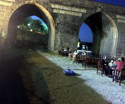 Tarihi On Gözlü Köprü'nün iki gözünü izinsiz doldurdular