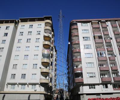 2 bina arasındaki yüksek gerilim hattı direği korkutuyor