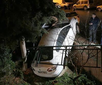 Kontrolden çıkan otomobil, çarptığı araç ile bahçeye uçtu: 1 yaralı