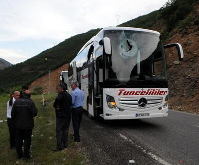 Dağdan kopan kaya, yolcu otobüsünün üstüne düştü