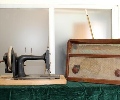 25 yıldır topladığı eski eşyaları iş yerinde sergiliyor