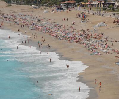 'Tropik fırtına' teğet geçince soluğu plajda aldılar