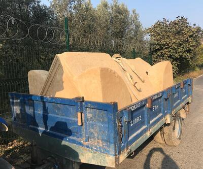 Mumyalanmış cesetler traktörlerle taşındı