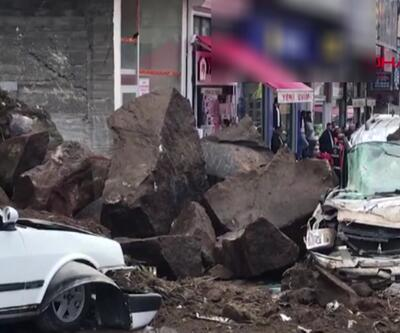 Bitlis'te yola düşen dev kayalar, 3 aracı hurdaya çevirdi
