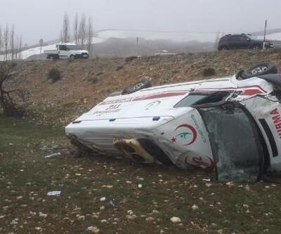 Ambulans, şarampole yuvarlandı: 3 yaralı
