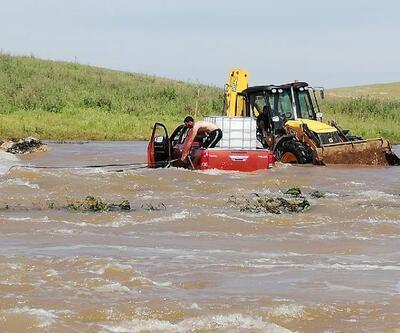 Arazi aracıyla derede mahsur kalanları belediye ekibi kurtardı