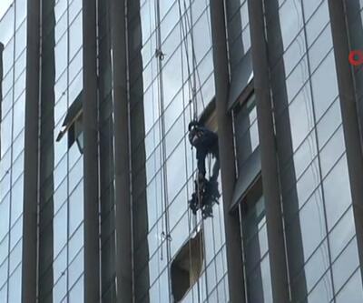 İstanbul'da iskele çöktü: 2 işçi asılı kaldı