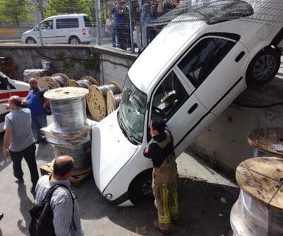 Küçükçekmece'de kaza yapan otomobil fabrika bahçesine düştü