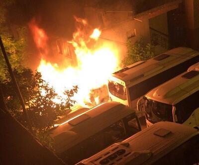 Küçükçekmece'de 1'i minibüs 4 araç alev alev yandı