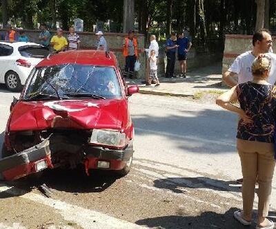 Otomobil önce bisikletliye sonra ağaca çarptı: 3 yaralı