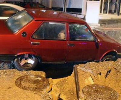 Sivas'ta yol çöktü, otomobil çukura düştü