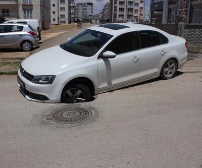 Otomobil çöken yoldaki çukura takıldı