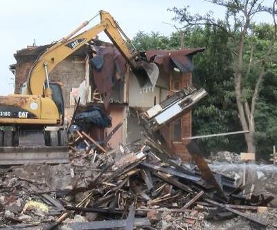 Fatih'te yanan ahşap bina belediye ekipleri tarafından yıkıldı