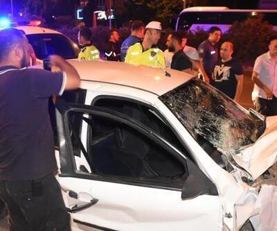 Otomobil park halindeki otobüse çarptı: 4 yaralı