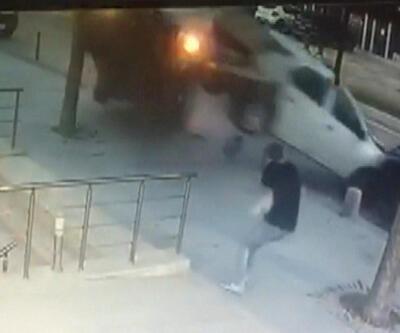 Araba takla attı, yayalar son anda kurtuldu