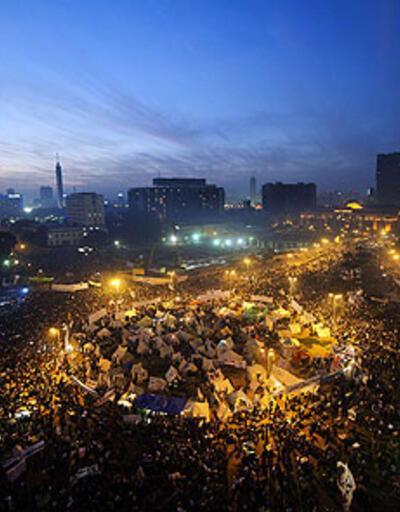 Tahrir'de yine dev gösteri