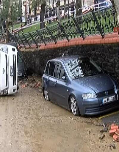 Son dakika...Eyüp'te parkın duvarı araçların üzerine çöktü