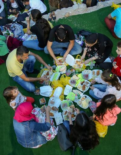 452 yaşındaki tarihi köprünün gölgesinde iftar yemeği