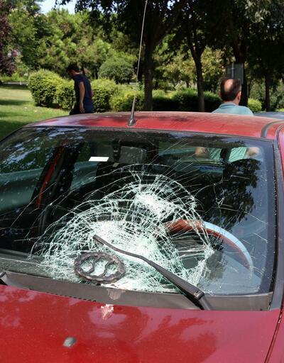 Kopan demir parçası karşı şeritten gelen aracın camına saplandı