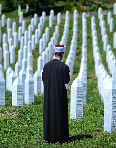 Anıt mezara çirkin saldırı: Domuz parçaları bıraktılar