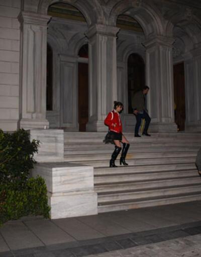 Ünlü çift merdivende öpüştü