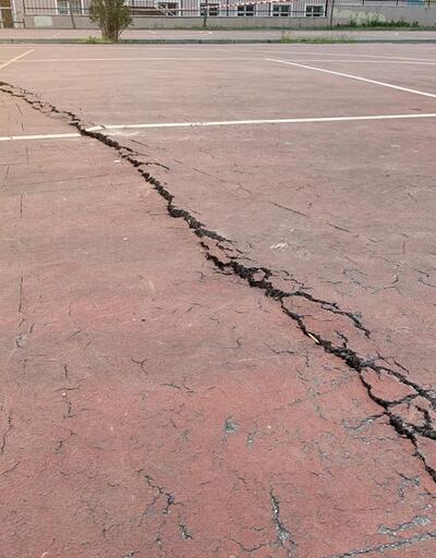 Sancaktepe'de çatlaklar oluşan park mühürlendi