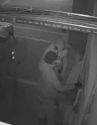 """""""Asansör tamircisi"""" gibi geldikleri sitede hırsızlık yaptılar"""
