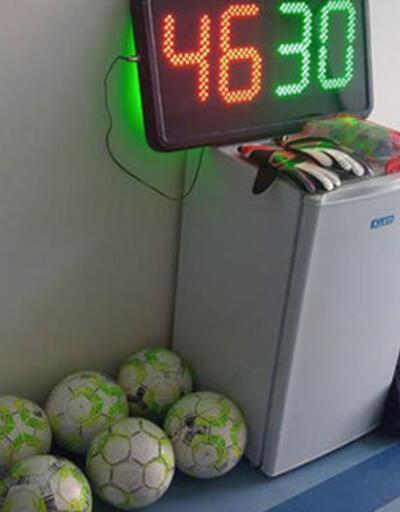 Takımın formalarını ve kramponlarını çalan çocuklar maç yaparken yakalandı