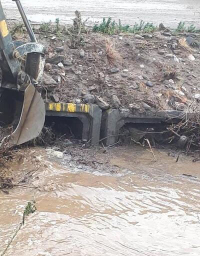 Alaşehir'de sel suları 2 traktörü yuttu