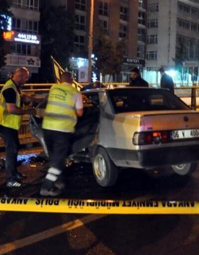 Otomobil aydınlatma direğine çarptı: sürücü yaralandı