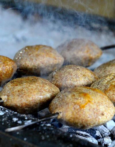 Ağız sulandıran lezzet 'mangalda içli köfte' yoğun ilgi görüyor