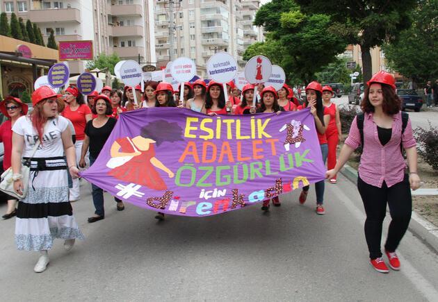 """""""Gezi""""nin yıl dönümünde kırmızılı kadınlar yürüyüşü"""