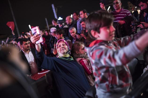 Vatandaşlar referandum sonucunu kutlamaya başladı