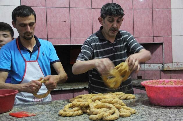 Okul harçlıklarını Ramazan simidi satarak kazanıyorlar