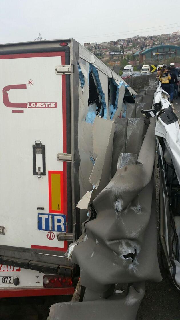 Son dakika... Vali ve kaymakam eşlerini taşıyan minibüs TIR'la çarpıştı