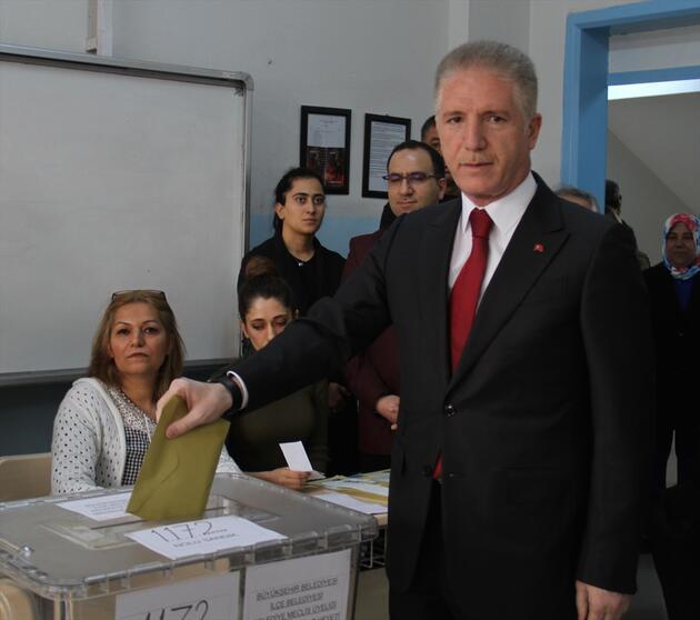Türkiye sandık başında: Siyasiler oy kullanıyor