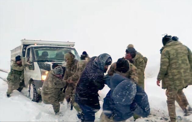 Ekipler kar ve tipide vatandaşları seçim merkezlerine ulaştırdı