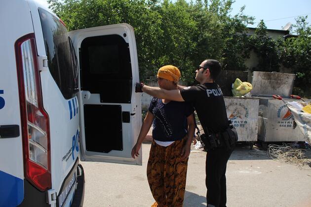 Polisin görünce kaçıp üzerindeki uyuşturucuları kızının kucağına attı