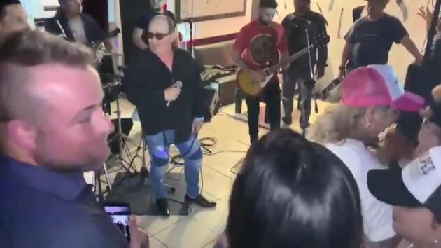 Konser sırasında sahnede hayatını kaybetti! O anlar kameralara böyle yansıdı