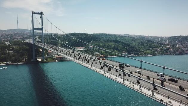 Yüzlerce motosikletlinin 15 Temmuz Şehitler Köprüsü'nden geçişi havadan fotoğraflandı