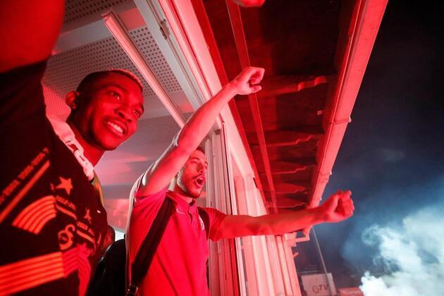 Florya'da teknik heyet ve sporcular taraftarı selamladı