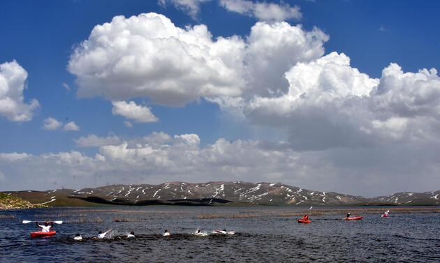 Urartuların baraj gölünde yüzüp, kanoyla gezdiler