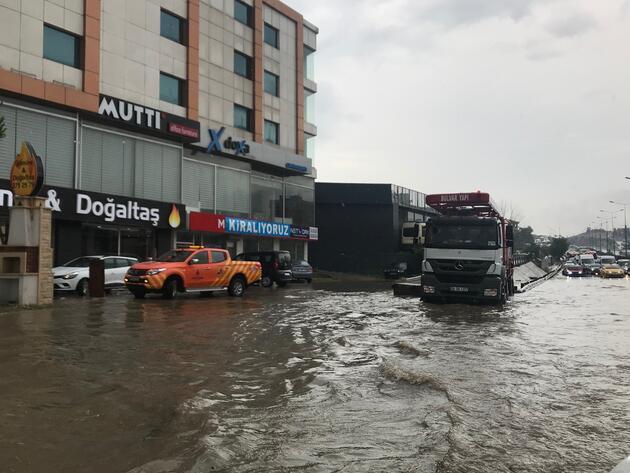 İstanbul'da sağanak hayatı felç etti... Yollar göle döndü, trafik durdu