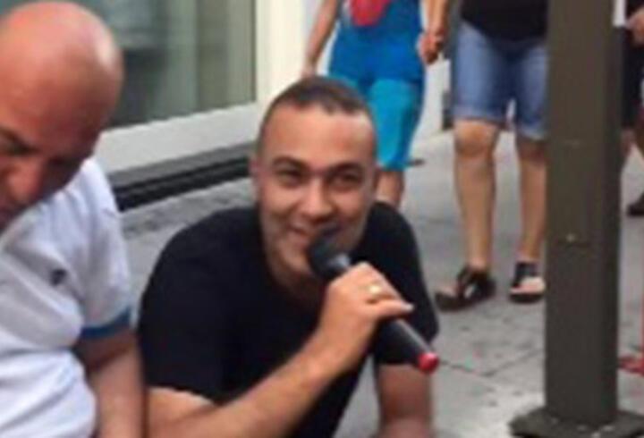 Sokakta şarkısına denk geldi, mikrofonu kaptı