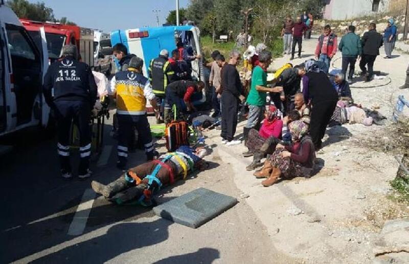 Mersin'de tarım işçilerini taşıyan midibüs devrildi