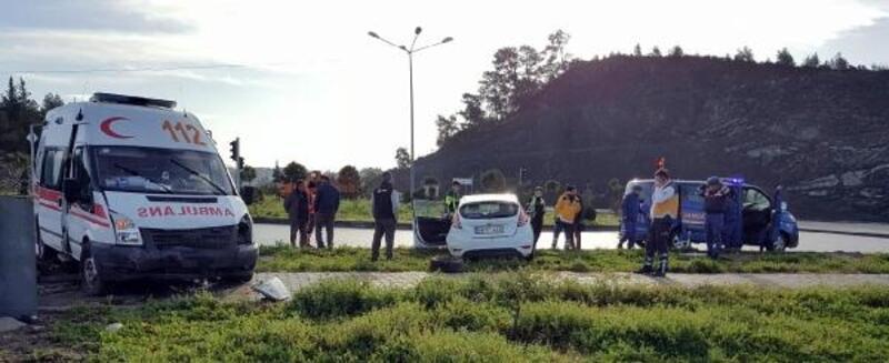 Fethiye'de ambulans otomobile çarptı: 4 yaralı