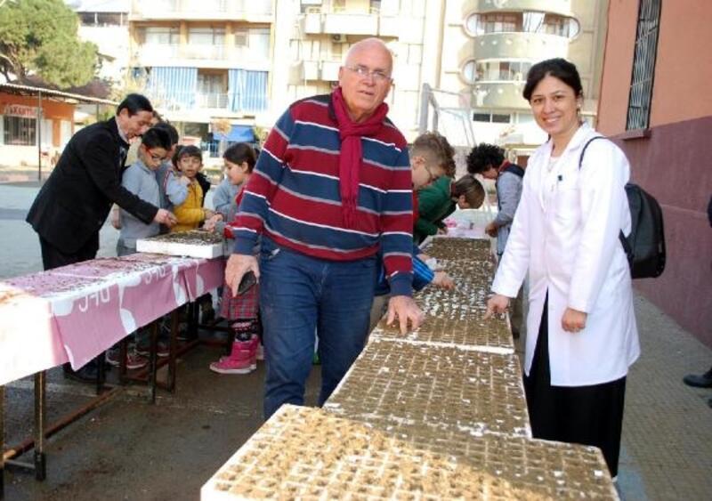Salihli'de öğrenciler 20 bin sebze tohumu ekti