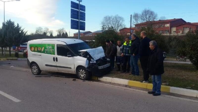 İşçileri taşıyan servis midibüsü ile hafif ticari araç çarpıştı: 6 yaralı