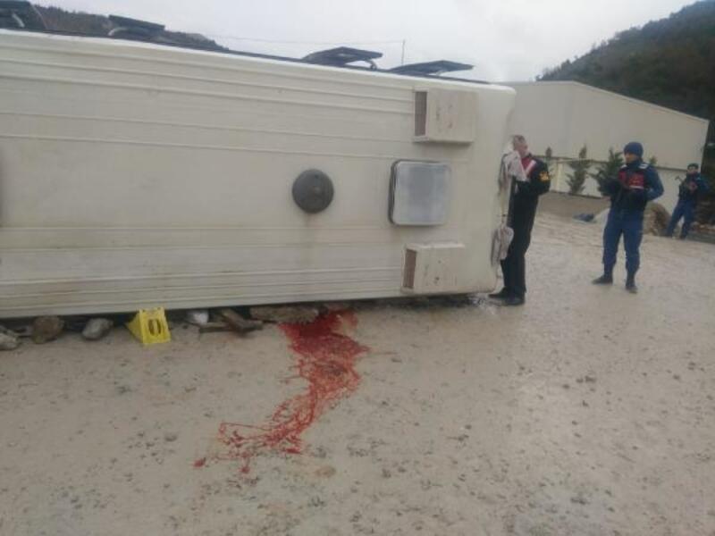 Maden ocağı işçilerini taşıyan minibüs ile kamyon çarpıştı: 1 ölü, 25 yaralı